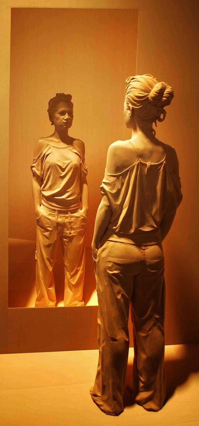 Итальянский скульптор Питер Демец с помощью простого долота и бесконечного вдохновения вдыхает жизнь в деревянные скульптуры. Он делает это настолько искусно, что на каждой фигуре можно разглядеть даже мелкие складки одежды
