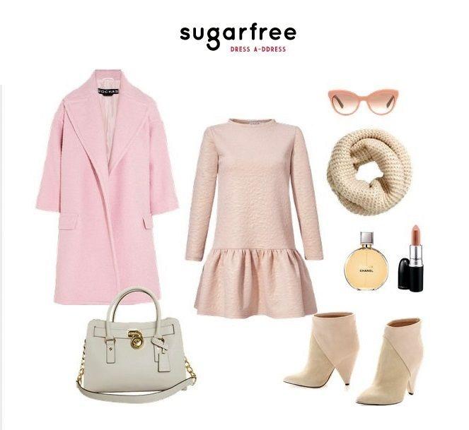 pastelowy zestaw różowy płaszcz różowa sukienka z falbaną sugarfree