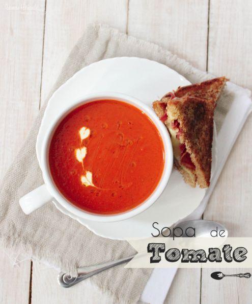 Esta deliciosa receta de sopa de tomate, es reconfortante, sedosa, está llena de vegetales y sabores frutales, acompañada de un emparedado de queso gruyere y tocino te da esa sensación de hogar y de confort que solo la comida hogareña puede ofrecer, es como comerte una taza de amor instantánea.