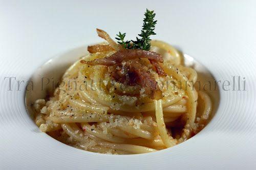 Bucatini con crema di cipolla e di peperoncini tondi, con guanciale croccante, pecorino romano e mollica di pane al timo