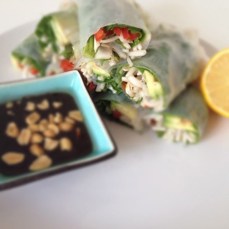 Vietnamese spring rolls || rijstvellen, gekookte noodles, diverse soorten groenten (bijv. paprika, chinese kool, bosui, taugé, spinazie etc.), verse basilicum / munt of peterselie, hoi sin saus