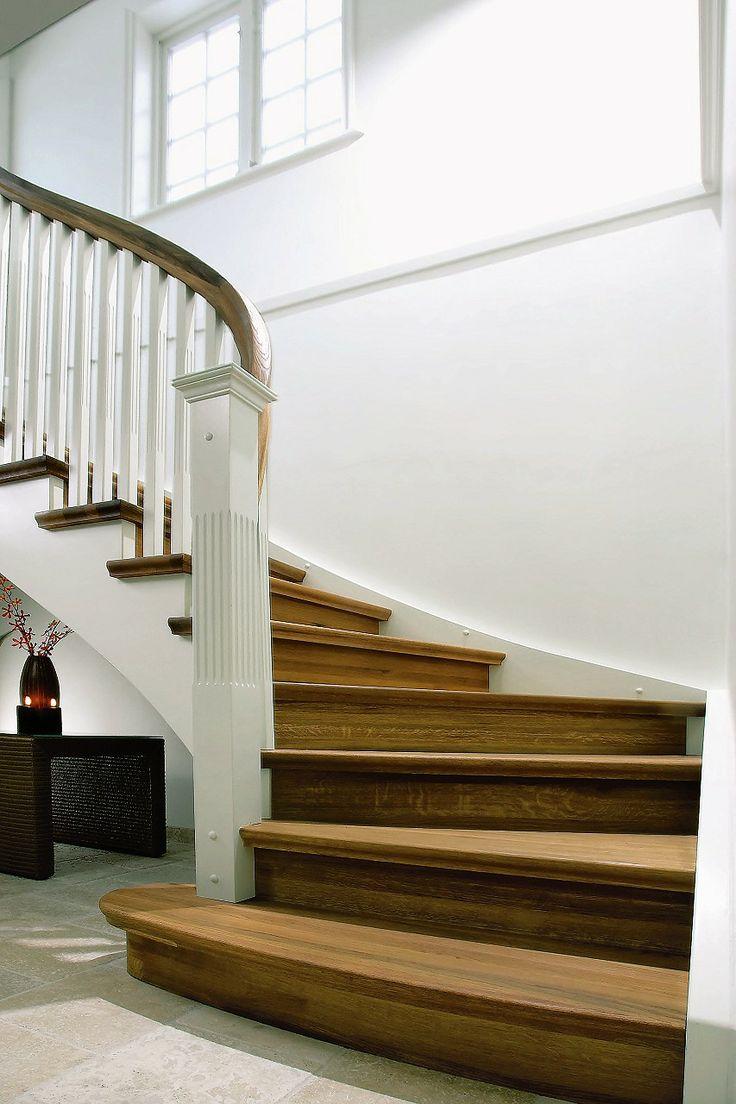Escalia Lausanne er en stilren klassisk trappeløsning. En vakker inngangsstolpe i empirestil plassert på det brede blokktrinnet markerer trappens inngang. I likhet med andre klassiske Escalia trapper har den en buet vange, som gir en myk og harmonisk linjeføring. En buet vange bidrar til en god trapp å gå i, samtidig som den er et uttrykk for det klassiske håndverket som finnes i alle Escalia trapper. Escalia Lausanne har oppsalet vange med profilerte trinn som stikker utenfor.