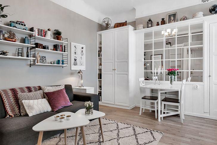 Mała przestrzeń mocno ogranicza i oznacza konieczność połączenia funkcji mieszkalnej, jadalnej, sypialnej i przechowalniczej w jednym pomieszczeniu. Na szczęście, to nie powstrzymuje śmiałych projektantów wnętrz przed tworzeniem niesamowicie praktycznych i eleganckich aranżacji…    #jakurządzićkawalerkę #dodatki #DecoArt24