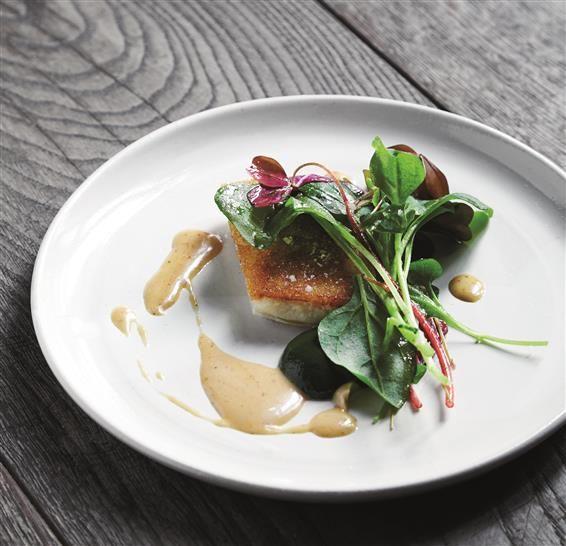 Restaurant Uformels slethvar med sprøde salater, høns og crouton