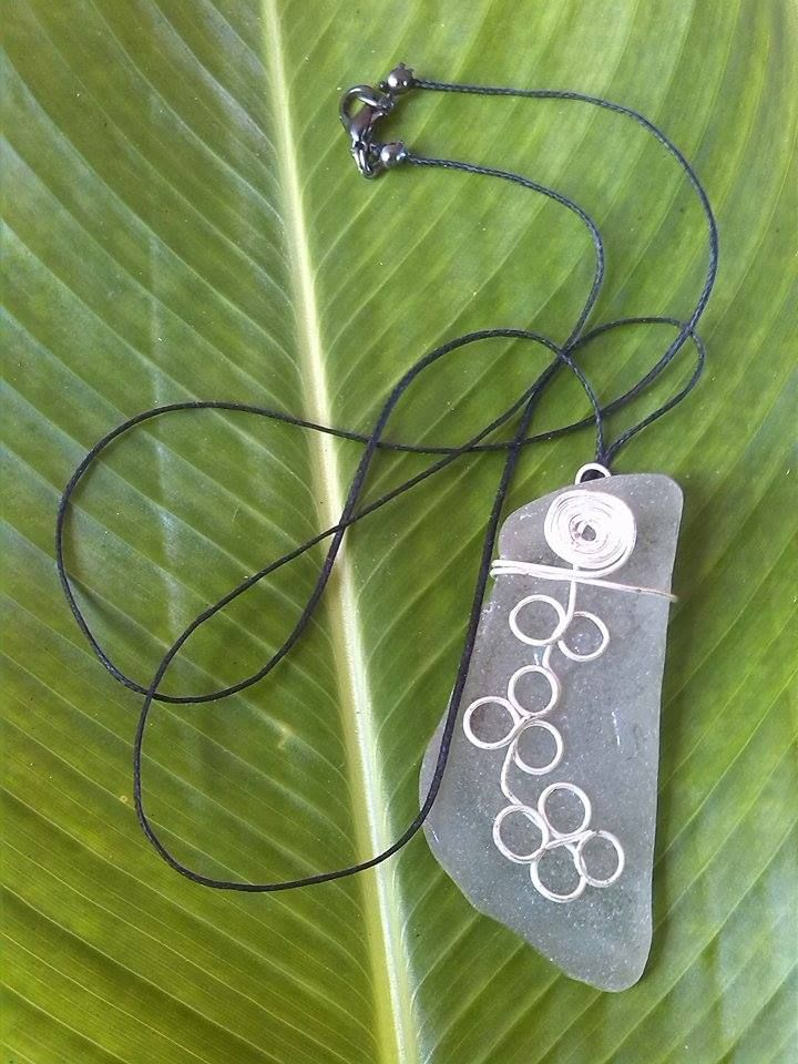 Silver wire rings and spiral on sea tumbled Coca Cola Bottle circa 1940 All hand crafted and individually styled by ni Vanuatu women in business. Help support micro enterprise in Vanuatu – giving rural women a hand-up not a hand-out. Kindly supported by Lav Kokonas (NZ) #PangoPieces #PacificStyle #Vanuatu #Handcrafted #WomenInBusiness #CocaCola