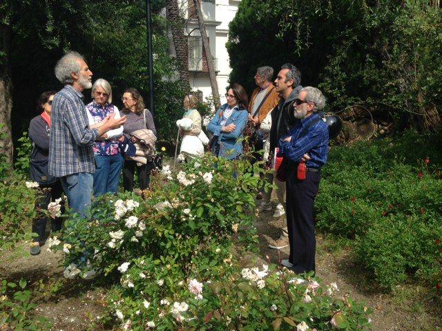 Il professor Cane, dell'istituto Aicardi di Sanremo, mostra, ai partecipanti al laboratorio di botanica, il roseto di Villa Regina Margherita e spiega come prendersi cura di questa particolare pianta.