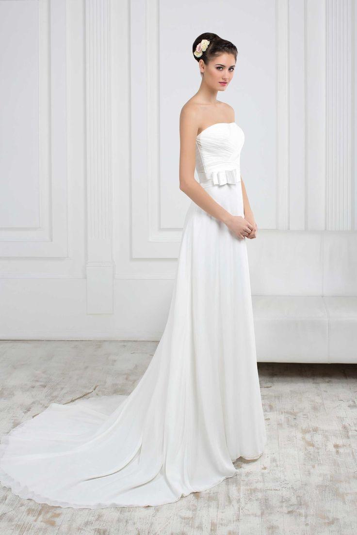Jednoduché svadobné šaty s padavou sukňou s dlhou vlečkou bez ramienok