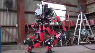 2013. El robot HRP-2, construído por la empresa japonesa SCHAFT, ganó el concurso de robótica de DARPA. El concurso consistió en superar 8 pruebas necesarias en situaciones de catástrofe.