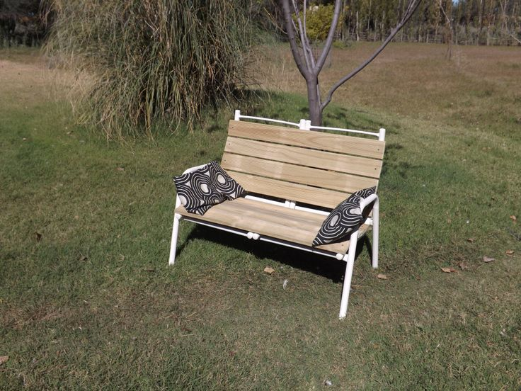 Banca de Jardin. De dos sillas sin uso, un nuevo objeto muy útil. Falta el mate y los amigos y ya !!! Si necesitas restaurar o rediseñar un objeto o mobiliario. No dudes en contactarnos por privado !!! MAS INFO: https://www.facebook.com/media/set/?set=a.640434912678484.1073741856.468564766532167&type=1