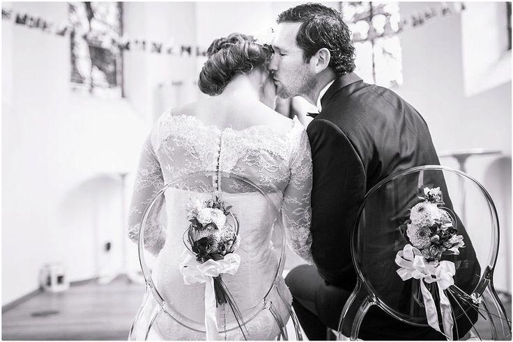 Kirchliche Trauung schwarzer Anzug, schwarze Fliege, Brautkleid, Blumenkranz, Braut, Bräutigam, Foto: Violeta Pelivan