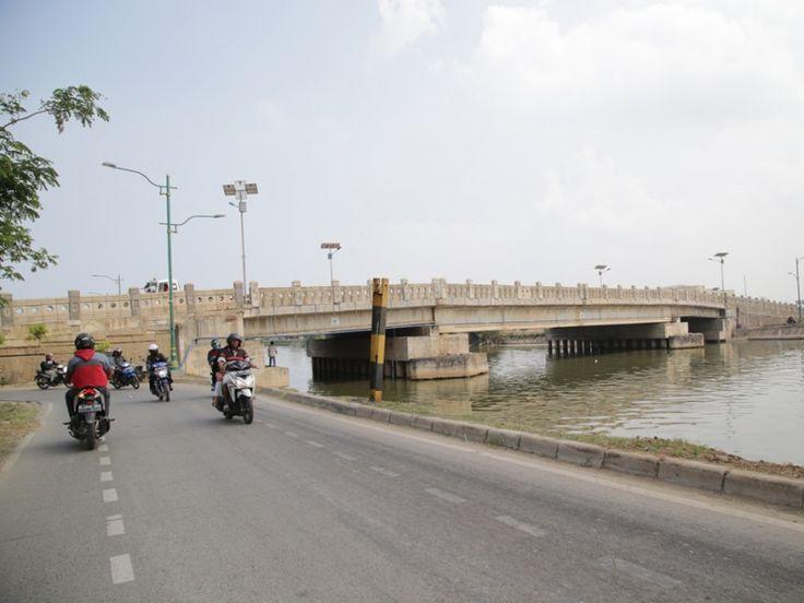 Jembatan jalan di pinggir dermaga yang melintasi KBT