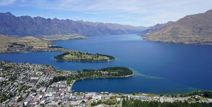 Vista aérea de #Queenstown y el lago #Wakatipu http://www.reservarhotel.com/nueva-zelanda/hoteles-en-queenstown-1/ #NuevaZelanda #NewZeland #reservarhotel
