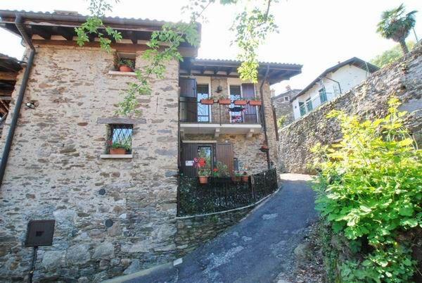 Отреставрированный дом в Stresa.. Дом полностью отреставрирован, с использованием натурального камня. Общая площадь – 152 кв.м. В доме: гостиная с камином, совмещенная с кухней, на первом этаже, две спальни и одна ванная комната, на втором этаже. Двойные окна, автоно