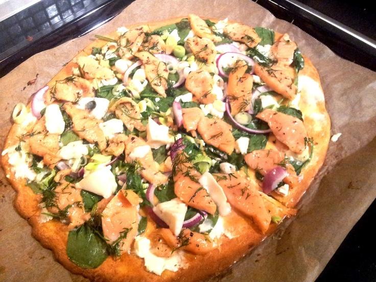 Pizzabunnen oppskrift her (kommer..)  Kan bytte ut både ost óg philadelphia i bunn med laktosefri fetaost om en vil.  Etter stekt bunnen første omgang legg alt fyllet på, foruten laksen. Først smør bunnen med valgfri ost, deretter legger man på det man ønsker:  Mariner laksen mens pizzaen er i ovnen:  pizzaen har stått inne i ca 15 minutter ta du den ut, legg på laks og sett inn i ovnen igjen bare et par minutter så laksen blir litt varm, men ikke nødvendigvis gjennomstekt. Det er jo…