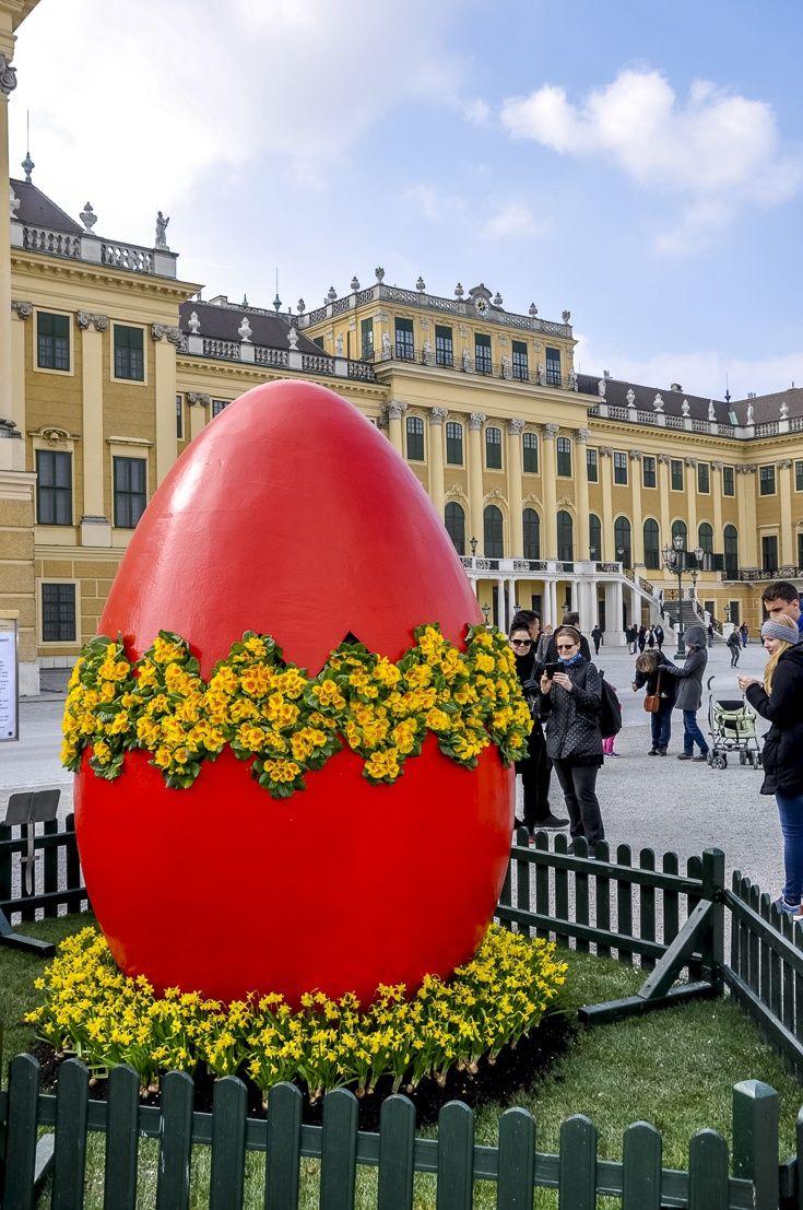 Пасхальное яйцо перед дворцом Шёнбрунн, Вена, Австрия.