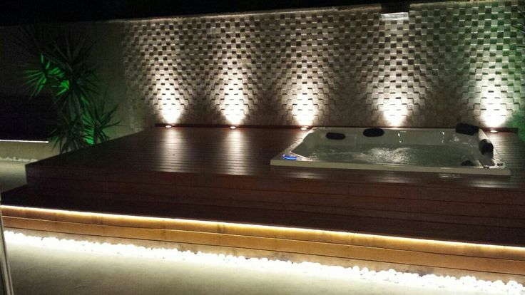 Spa com iluminação e parede de pedra travertino