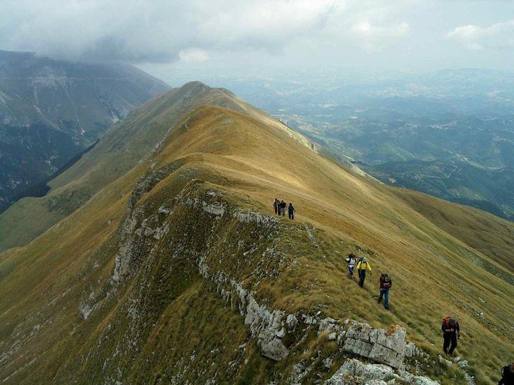 """Foto: Cresta del Torrone (Monti Sibillini) - Escursioni guidate in montagna, corsi di escursionismo. Monti Sibillini, Gran Sasso-Monti della Laga (Marche_ Abruzzo).  """"Camminare in montagna è ginnastica per il corpo e per la mente."""""""