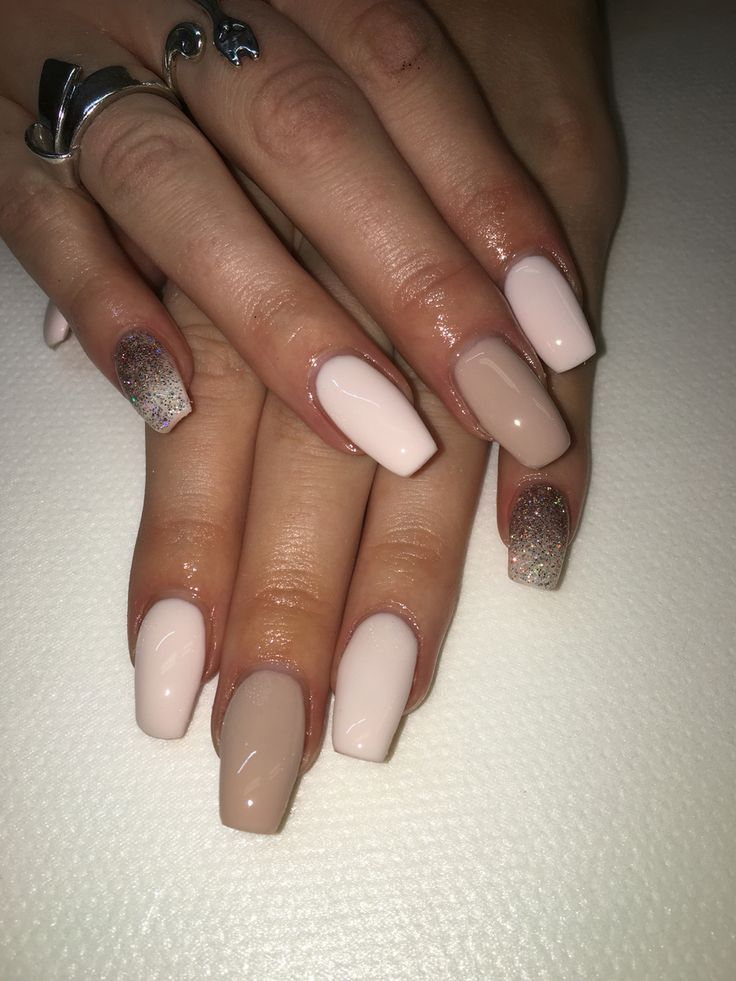Nude vita ljusrosa naglar med lite glitter