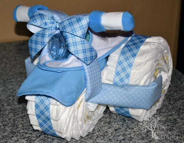 Aprenda a fazer, passo a passo e com fotos, um maravilhoso bolo de fraldas de triciclo, sucesso garantido na decoração de chás de bebê.
