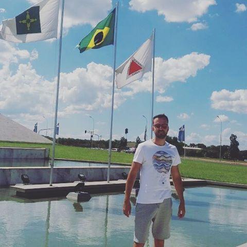 Orgulho de vê a bandeira de Minas Gerais cravada no meio do serrado com a Homenagem para o maior presidente do Brasil o excelentíssimo Presidente dos Estados Unidos do Brasil #JucelinoKubitschek .  Maior Presidente do Brasil.  #orgulhodesermineiro #travel #traveling #brasilia #vacation #visiting #instatravel #instago #instagood #trip #holiday #photooftheday #fun #travelling #tourism #tourist #instapassport #instatraveling #mytravelgram #travelgram #travelingram #igtravel by (acassioballack)…