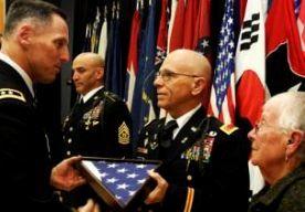 """6-Nov-2014 7:04 - LAATSTE DIENSTPLICHTIGE VIETNAM WEG. De laatste militair die tijdens de Vietnamoorlog in het kader van de dienstplicht het leger inging, is met pensioen gegaan. Met een ceremonie in Zuid-Korea nam de New Yorker Ralph Rigby op 28 oktober, zijn 62ste verjaardag, afscheid van de krijgsmacht. Toen hij in 1972 werd opgeroepen, dacht Rigby erover om net als vele anderen naar Canada te verhuizen, maar naar eigen zeggen mocht dat niet van zijn moeder. """"Wij geven niet op in deze..."""