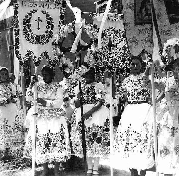zászlóvivő lányok körmenetben, Kalocsa 1940-es évek