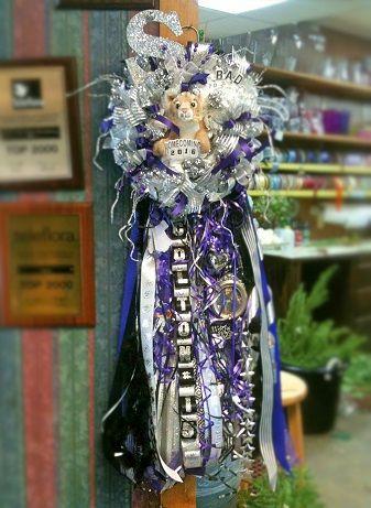 """米国テキサス州ヒューストン「カーターズフローリスト」の""""ホームカミング・マム""""。Homecoming Mum by Carter's Florist in Conroe, Texas, USA."""