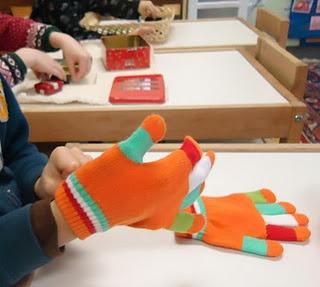 Motricité fine/autonomie: en période de froid, proposer des activités pour favoriser l'autonomie, comme par exemple enfiler des gants...