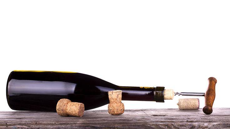 Weinflasche ohne Korkenzieher öffnen: Die fünf besten Methoden