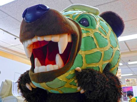 凶暴ゆるキャラ「メロン熊」、姫路の百貨店に出没-被害なく関係者ら「ホッ」(写真ニュース)