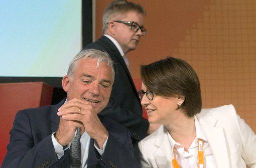 CDU-Landeschef Thomas Strobl (l.) unterhält sich  mit der Bundesvorsitzenden der Frauen Union, Annette Widmann-Mauz (r.), dahinter steht der CDU-Fraktionsvorsitzende Guido Wolf. Foto: dpa