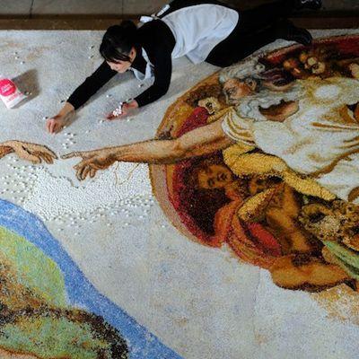 A criação de Adão de Michelangelo ganhou uma versão feita com aproximadamente 10.000 marshmallows e cerca de meio bilhão de pedacinhos de sprinkles