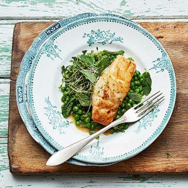 Mynta och torsk passar oväntat fint ihop. Tillaga torsken i brynt smör med lök och bjud med en rejäl hög gröna ärter. Tillsammans med en enkel sallad på smörgåskrasse och färska myntablad blir det en lika ärtig som örtig rätt att lyxa till vardagen med.