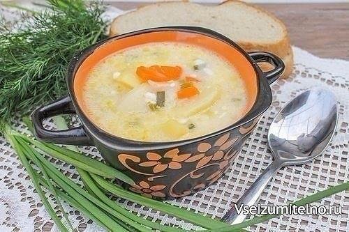 Суп из плавленных сырков.  Ингредиенты на 4 порции: — 2 плавленных сырка; — 4 картофелины; — 50 мл растительного масла; — 1 морковь; — 2 луковицы; — 0,5 ч.л. соли; — 1 пучок зеленого лука или другая зелень — по вкусу.  Приготовление: 1. Первым делом очищаем морковь и лук от кожуры и нарезаем: морковь — кубиками, а лук — полукольцами. В кастрюле, в которой мы будем варить этот аппетитный суп, нагреваем растительное масло до каления и опускаем туда нарезанные овощи. Пассеруем их до мягкости и…