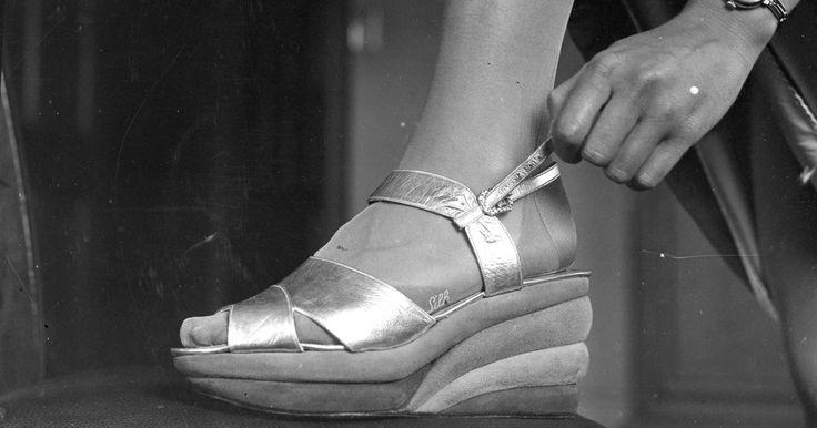 Los zapatos para las mujeres en los años 1930. Hubieron muchos factores que influyeron en el estilo de zapatos que usaron las mujeres en la década de 1930. Con la gran depresión y los rumores de un conflicto en Europa, el mundo entero estaba sufriendo la lucha económica y la agitación política. La fantasía y el glamour de la industria del cine ofrece un respiro, que afecta a la moda y a la ...