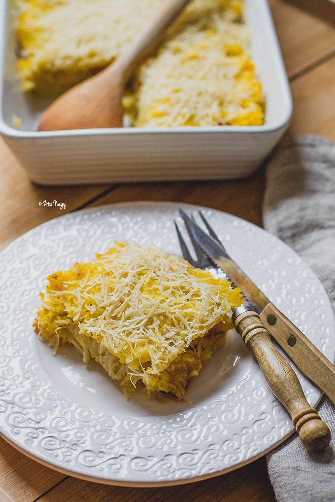 Karamellizált hagymás-sajtos sült polenta. Ugyan a recept vegán, de én rendes sajttal, savanyúsággal szeretem. Nyami!