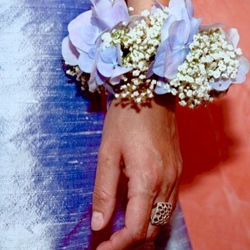 Flowers bracelet  Braccialetto di fiori freschi #briedmaids #wedding#weddings#weddingplanner #weddingday #weddingplanning #weddingattire #weddingagency #weddingatmosphere #weddingluxury #luxurywedding #weddingdecor #weddingdecoration #weddingflowers #weddingflower #flowerdecoration #flowerdecor #damigella #damigelle #matrimonio #nozze #sposa #sposi