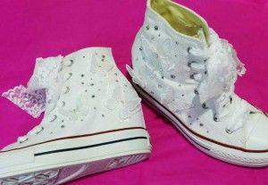 Per una sposa sportiva ma elegante: le Converse! Le Converse All Star Hi Platform Plus bianche si trasformano in favolose scarpe da sposa con strass e pizzo