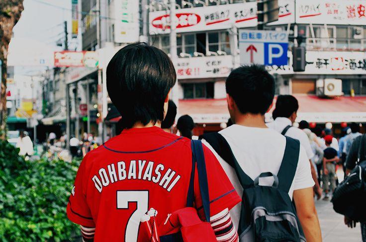 Aficionados del equipo Hiroshima Toyo Carp de camino al estadio.