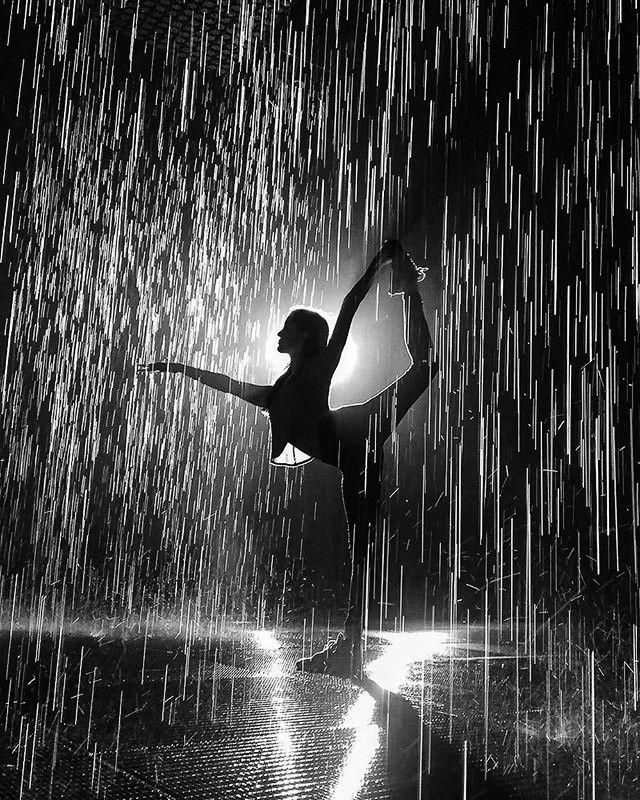 """""""Danza sobre restos de cristales de este tiempo no tan bello porque sola no estás  Danza sobre antiguas cenizas sobre todas tus heridas sola no estás  Si la imagen de tu espejo ya no está será que estás aprendiendo a caminar Danza sobre tu casa entre la hierba el olor del invierno sola no estás Danza bella niña, pequeña niña, distorsiones del tiempo sola no estás"""".. M Ros"""