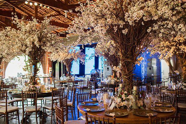 Ruhama Junqueira e Caio Manfrin tiveram um lindo casamento no campo com decoração em tons outonais. A noiva usou vestido Cymbeline para Casamarela.