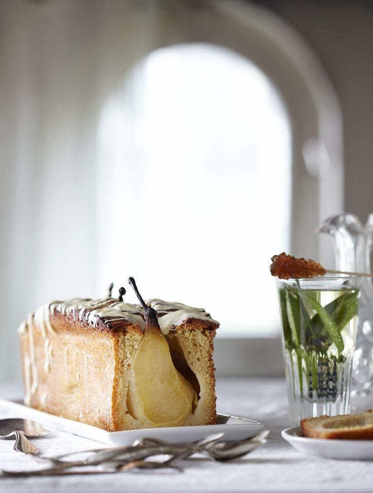 Kardemomcake met hele gepocheerde peren en witte chocolade - met OER-fruit