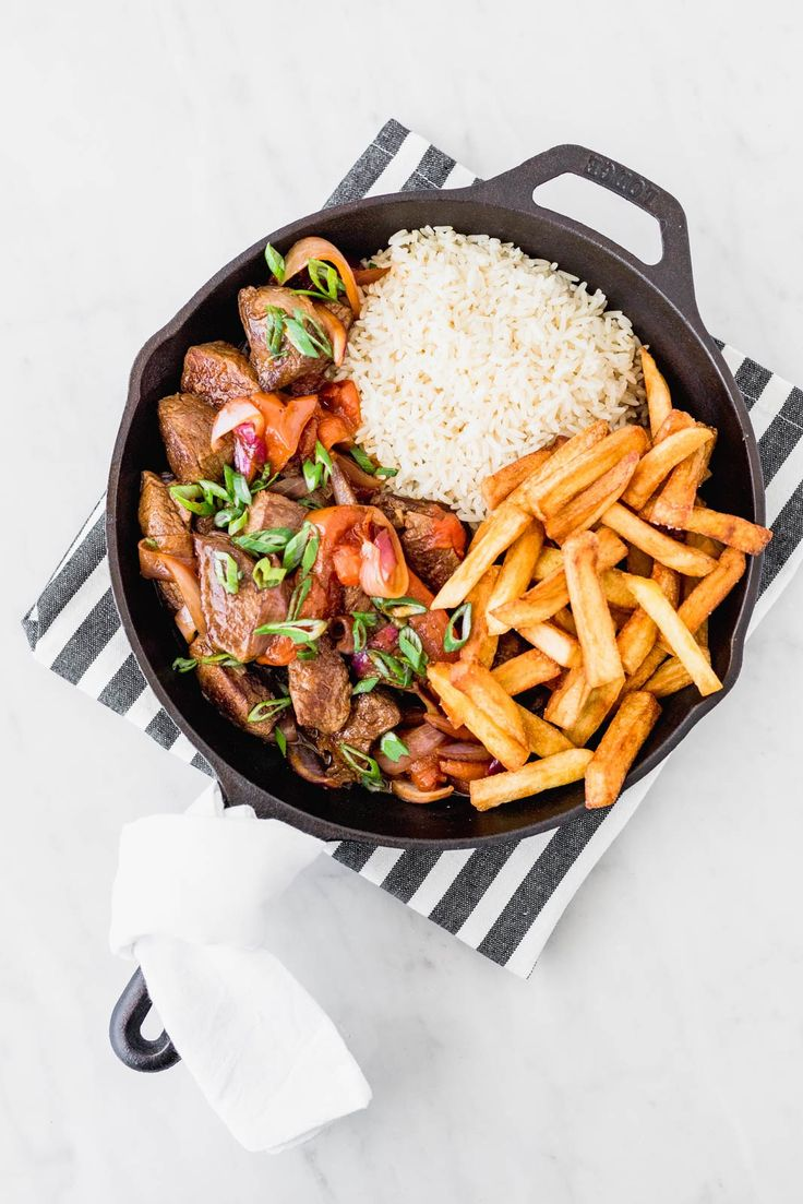 If there's a Peruvian classic it's lomo saltado (a type of stir-fry). It was born from the cultural mix between the Peruvians and Chinese immigrants. Lomo Saltado, Peruvian Dishes, Peruvian Recipes, Kitchen Recipes, Cooking Recipes, Healthy Recipes, Easy Dinner Recipes, Easy Meals, Food Fails