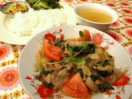 鶏とトマトのバジル炒め : 鶏の旨みとトマトの酸味。まとめあげるのはバジルの甘緩い香り。ご飯のススム酸味はベトナム料理の得意技。