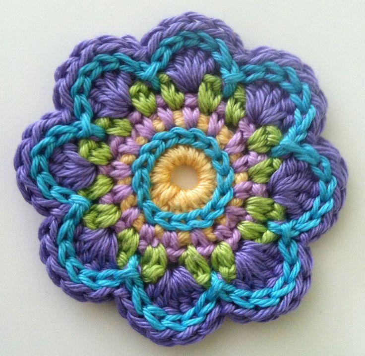 Flor a crochet. ¡Me encantan los colores que tienen! ♥