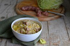 Cremoso e dal gusto delicato è il risotto con verza e salsiccia. E' un piatto facilissimo da preparare, addirittura a prova di imbranato!