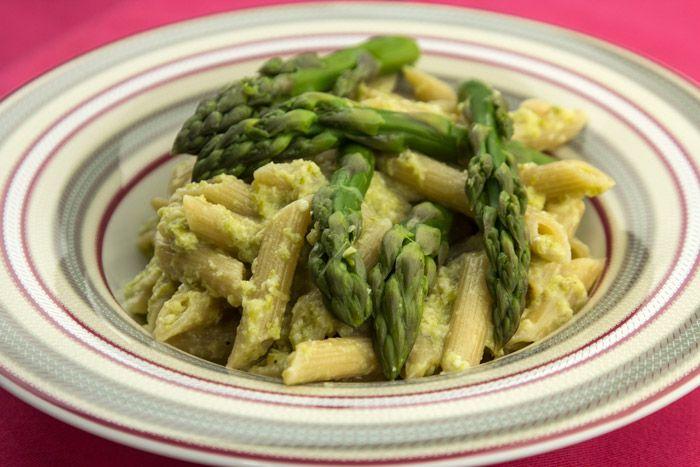 Μια πρωτότυπη ανοιξιάτικη και διατροφικά πλούσια συνταγή με φρέσκα σπαράγγια που πολύ εύκολα γίνονται σάλτσα πέστο και συνδυάζονται με πέννες ολικής άλεσης