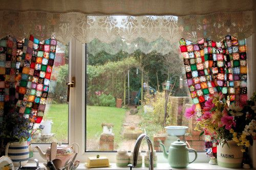 que vista!: Kitchens Window, Crochet Curtains, Kitchens Curtains, Patchwork Curtains, Color, Squares Curtains, Granny Squares, Window Treatments, Stained Glasses