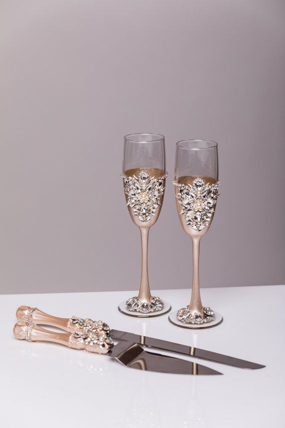 Wedding сhampagne glasses, set of 2 For these glasses color: champagne and silver All completely handmade! MEASUREMENTS: -Champagne flutes : Height - 9.2 inch (23.5 sm). Volume – 170ml (6.1 oz) Custom champagne glasses may be created to fit your needs. Your unique wedding colors can be used for this design. Names and date may be painted to customize to your occasion. Customizations are included in the price. Glasses will be carefully packed for shipping. Also, here you can order a guest…