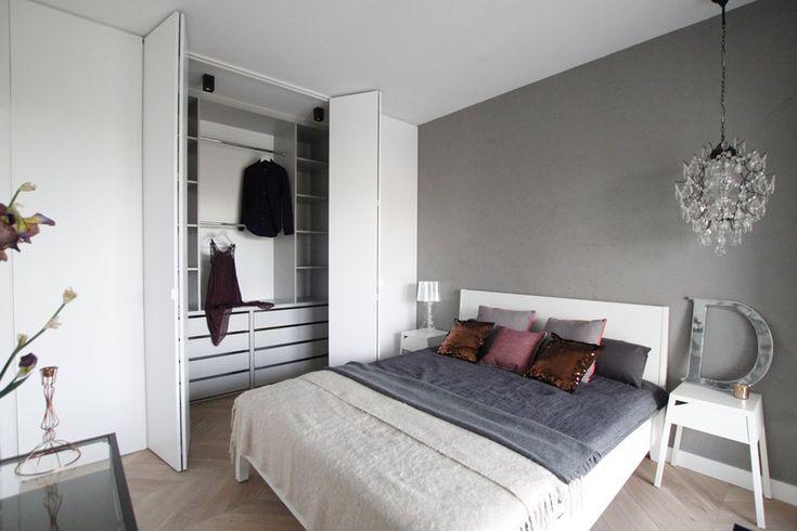 Eklektyczna sypialnia z garderobą udowadnia, że wnętrze może być jednocześnie stylowe i funkcjonalne.